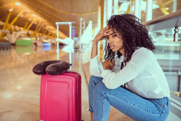 A Therapist Explains How To Cope With A Panic Attack If You're Traveling Alone