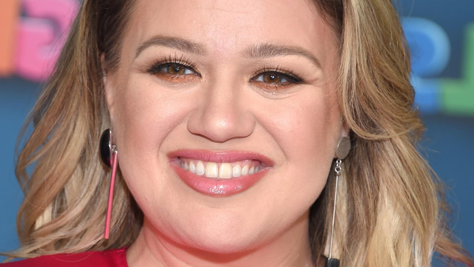 The Real Reason Kelly Clarkson Broke Down In Tears On The Voice