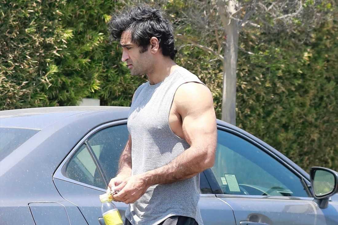Kumail Nanjiani shows off bulging biceps