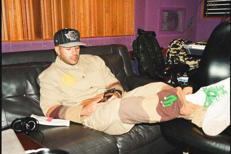 Feid Previews New Album With 'Fumeteo' Single