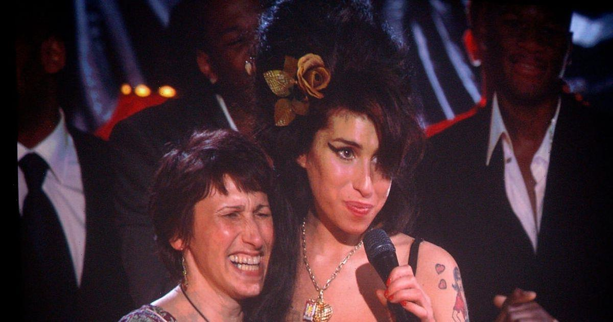 Amy Winehouses mum begged her daughter to get up while identifying her body